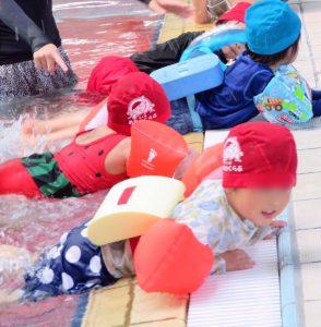 泳ぎを練習する子供たち